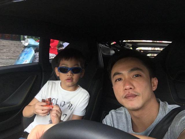 Subeo thường được bố lái xe đưa đi học.