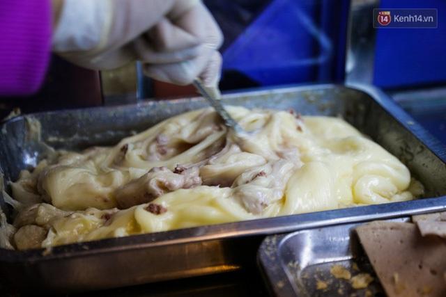 Patê là nguyên liệu độc đáo nhất của xe bánh mì 5.000 đồng của chị An.