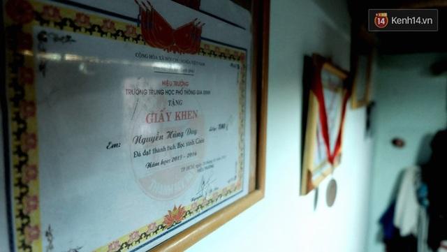 Những tấm bằng khen, huy chương được trân trọng treo ở những vị trí đẹp nhất của phòng trọ.
