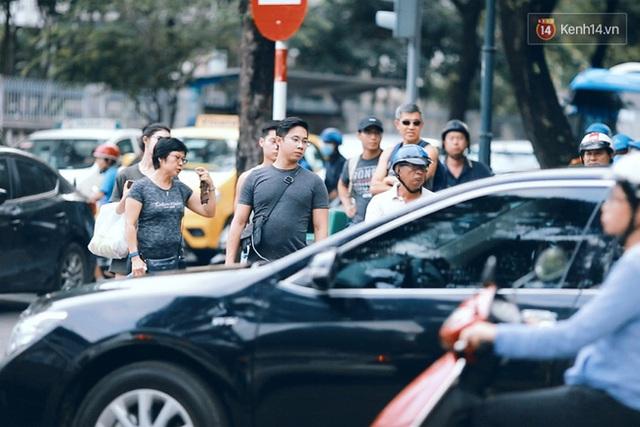 Để bắt được một chiếc taxi đi dạo quanh Sài Gòn thời điểm này là một bài toán khó.