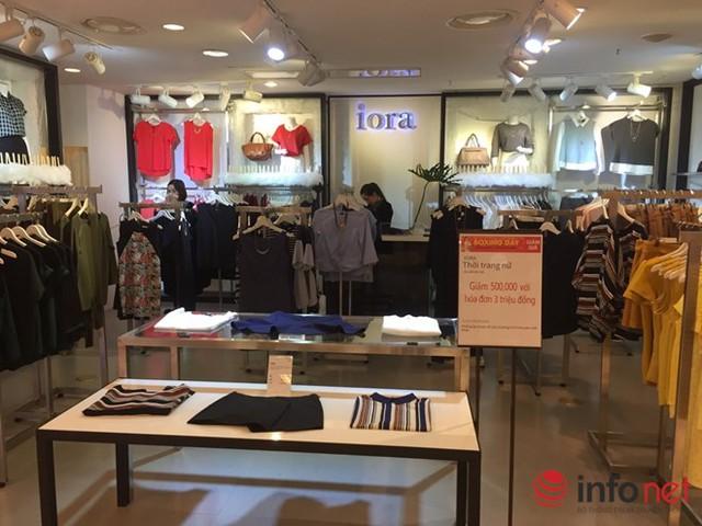 Cửa hàng thời trang nữ giảm giá  nhưng vắng khách mua.