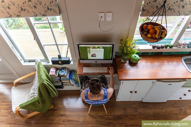 Không cần tốn nhiều diện tích, không gian làm việc được thiết kế đơn giản với chiếc bàn nhỏ cùng tông màu với bàn bếp và ghế ngồi. Ngay bên cạnh là giá để sách và không gian đọc sách tuyệt vời với chiếc ghế bành.