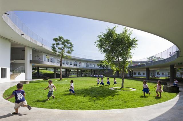 Khoảng 70% diện tích ngôi trường là cây xanh và riêng phần nước tưới cây được lấy từ nước tái sử dụng của nhà máy bên cạnh.