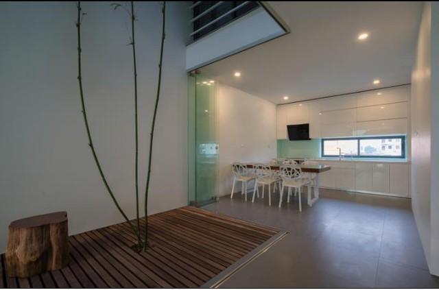 Khu vực bếp ăn rộng thoáng và tràn ngập ánh sáng với những ô cửa sổ kính trong suốt.