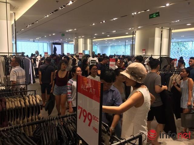 Không khí mua sắm tại các cửa hàng thời trang ở Vincom khá nhộn nhịp.