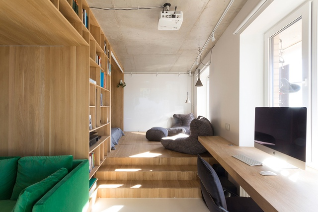 Khu vực nghỉ ngơi và góc thư giãn cho chủ nhà được tôn cao hơn hẳn so với nền phòng khách. Không ai nghĩ rằng bên dưới sàn gỗ này lại là cả một kho trữ đồ rộng rãi và tiện dụng cho chủ nhà.