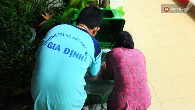 Duy cùng mẹ tìm chai nhựa trong thùng rác tại trường mình. Hiểu hoàn cảnh của bạn nên lâu lâu bạn bè lại đem lên cho Duy mấy bao ve chai để giúp đỡ cậu.