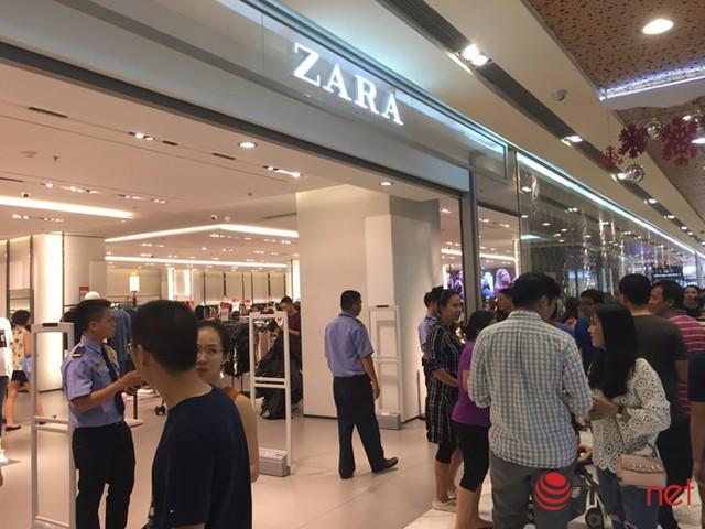Hệ thống máy lạnh bị sự cố nên nhiều khách hàng phải đứng chờ trước cửa hàng của Zara.