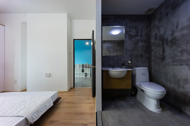 Khu vực phòng ngủ được xây thêm một khu vệ sinh nhỏ rất thuận tiện cho chủ nhà.