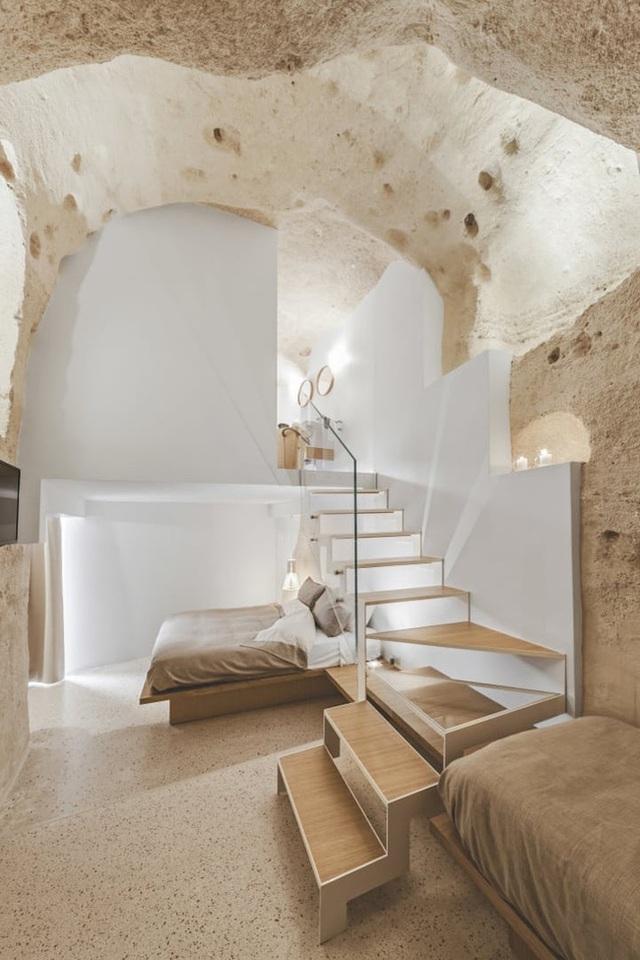 Kết hợp với phần tường màu trắng, mọi vật dụng trở nên hòa quyện với nhau, tạo thành không gian vừa ấm cúng mà không hề bí bách.