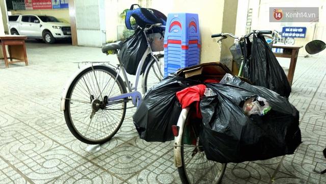 Tháng trước 2 chiếc xe đạp của mẹ con Duy bị ăn trộm. Người dân xung quanh thấy thương nên cho một chiếc xe cũ, còn bạn bè Duy dư 1 chiếc xe đạp nên đem tặng cậu để có phương tiện đi lại.