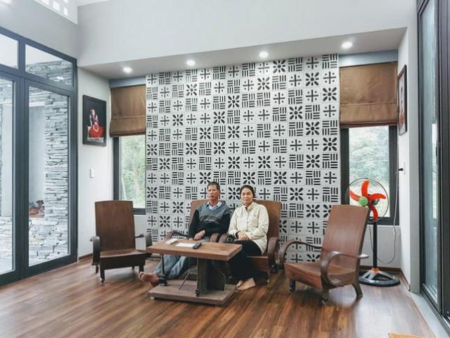 Không gian tầng 1 được ốp gỗ với nội thất đơn giản, phù hợp với tổng thể chung.