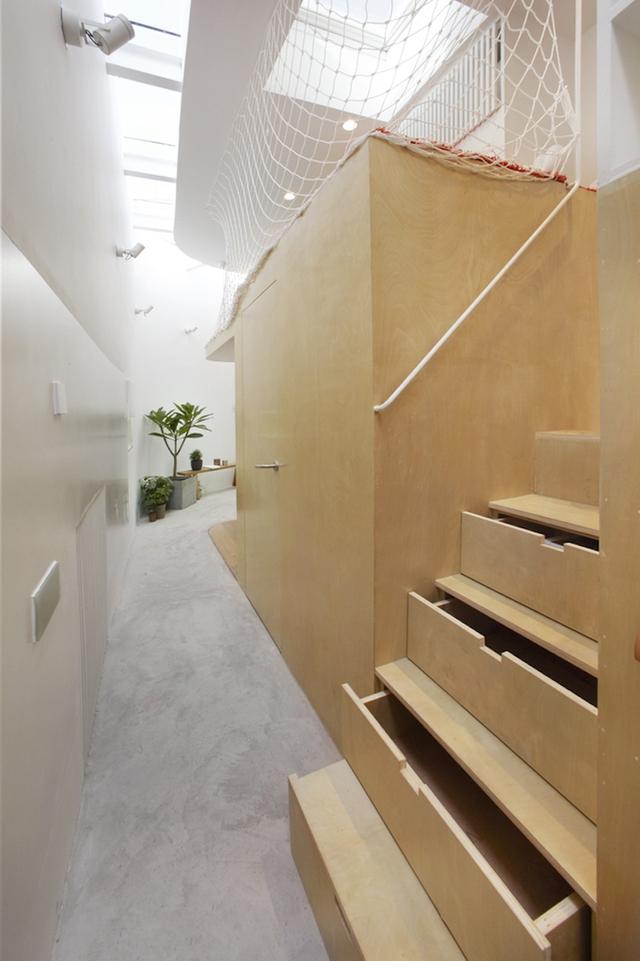 Mỗi bậc cầu thang còn là những ngăn kéo trữ đồ vô cùng tiện dụng.