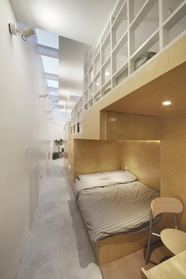 Một phòng ngủ khác nằm gần cuối lối vào.