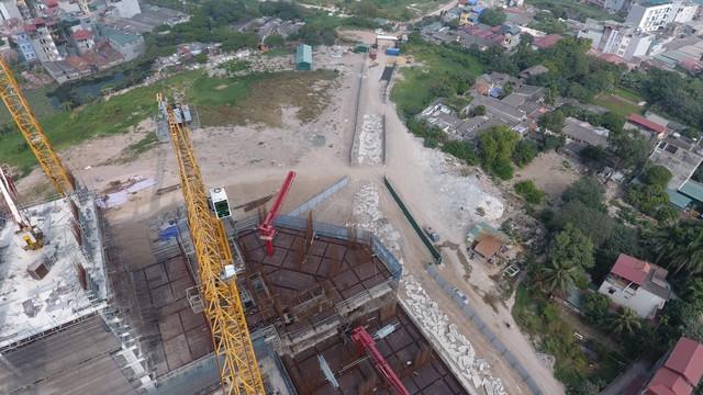 Công trường nhiều ngày qua đã vắng bóng công nhân xây dựng.