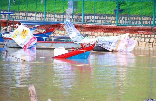 Tàu bè của ngư dân bị lũ nhấn chìm ở Nha Trang