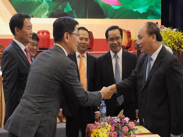 Thủ tướng bắt tay nhiều doanh nghiệp trong và ngoài nước tại Hội nghị