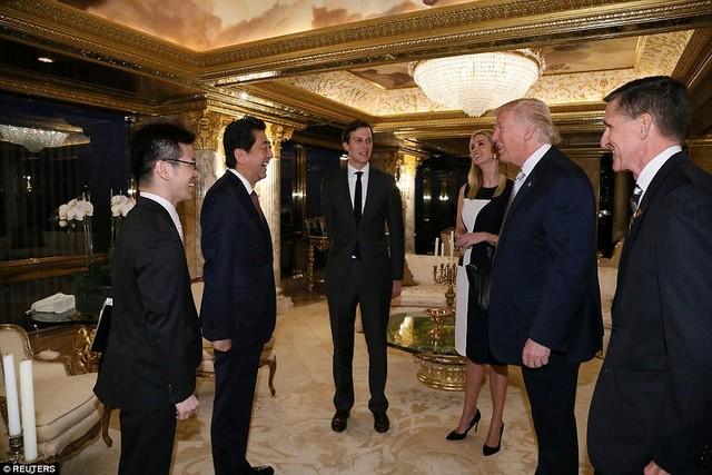 Ngày 17/11 theo giờ địa phương, tổng thống mới đắc cử Donald Trump đã có cuộc gặp với Thủ tướng Nhật Bản Shinzo Abe tại tư gia trên đỉnh tháp Trump, nơi nổi tiếng khắp thế giới bởi sự xa hoa mà tỷ phú New York vô cùng ưa thích.