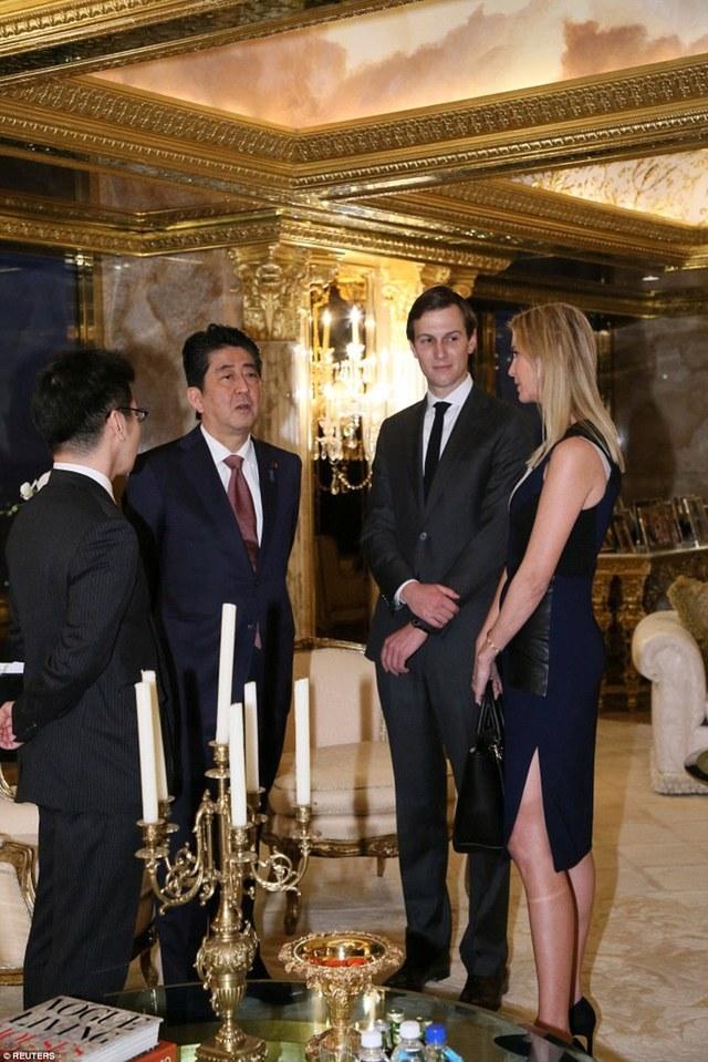 """Thủ tướng Abe cũng mô tả cuộc gặp với nhà lãnh đạo tương lai của nước Mỹ tại căn hộ sang trọng trên đỉnh tháp Trump là diễn ra trong """"không khí đầm ấm"""", nơi hai nhà lãnh đạo thẳng thắn trao đổi về các vấn đề song phương. Ông Abe cũng tiếp xúc với con gái và con rể của tỷ phú New York, những nhiều có nhiều đóng góp trong thắng lợi của ông Trump."""