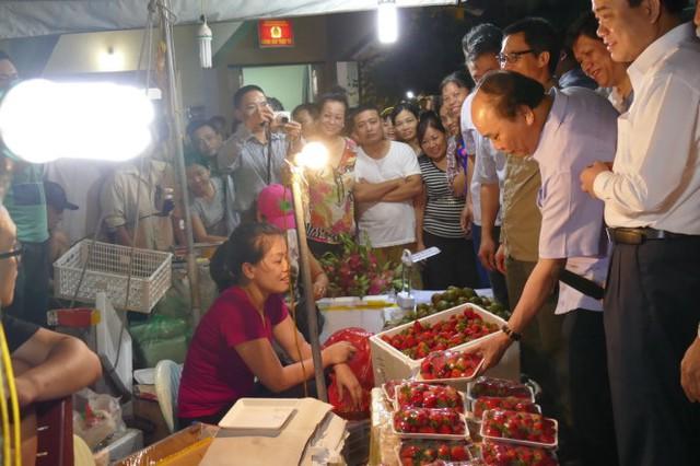 Sau khi Thủ tướng đã đi được một vòng khu chợ, nhiều người mới nhận ra sự xuất hiện của ông - Ảnh: LÊ KIÊN