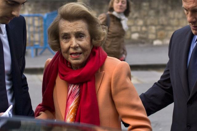 Liliane Bettencourt sinh năm 1922 và mang quốc tịch Pháp. Nếu bạn từng mua kem dưỡng da tại Body Shop hay sử dụng son môi Maybelline trước khi rời nhà, bạn đã đóng góp cho tài sản của người thừa kế L'Oreal này. Theo thống kê năm 2015, tài sản của Bettencourt đạt tới 40,7 tỷ USD. Nó tương đương 0,055% GDP toàn cầu.