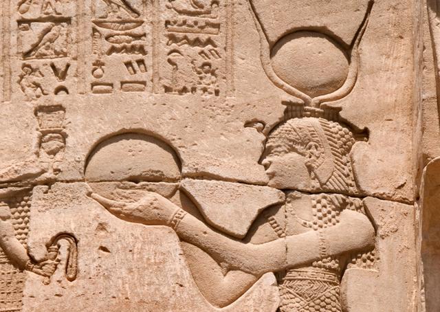 Nữ hoàng Ai Cập Cleopatra sinh năm 69, mất năm 30 trước Công nguyên. Bà là một trong những người nổi danh nhất thế giới bởi sự giàu có cũng như vai trò trên chính trường Ai Cập cổ đại. Cleopatra kiểm soát những ngành công nghiệp lớn nhất của đất nước chẳng hạn như làm giấy, lúa mì…. Nếu tính theo USD, tài sản của Cleopatra có thể lên tới 95,8 tỷ USD, tương đương 2,6% GDP toàn cầu.