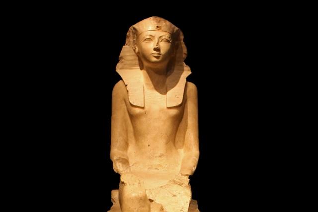 Nữ hoàng Hatshepsut sống năm 1597, mất năm 1458 trước Công nguyên. Bà được coi là nữ Pharaoh đầu tiên của Ai Cập và khiến cả quốc gia tin rằng bà là người mang ý nguyện của các vị thần. Việc kiểm soát các mỏ vàng, đồng, đá quý cũng như cai trị đế chế lớn nhất thế giới cổ đại giúp tài sản của bà chiếm tới 20% GDP toàn cầu.