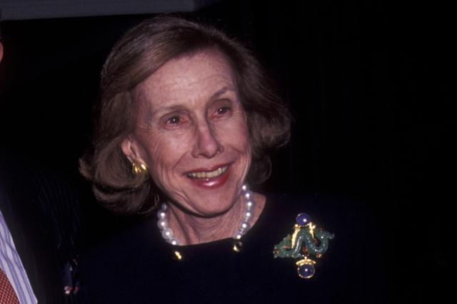 Anne Cox Chambers sinh năm 1919 tại Mỹ, người từng có thời gian làm Đại sứ tại Bỉ. Tuy nhiên, việc sở hữu số tiền khổng lồ từ cha tại Cox Enterprises giúp Chambers trở thành một trùm truyền thông danh tiếng. Ở độ tuổi 98, bà Chambers đã rời vị trí lãnh đạo đế chế truyền thông của mình và chia 15,3 tỷ USD cho ba người thừa kế. Tài sản của Chambers tương đương 0,021% GDP toàn cầu.