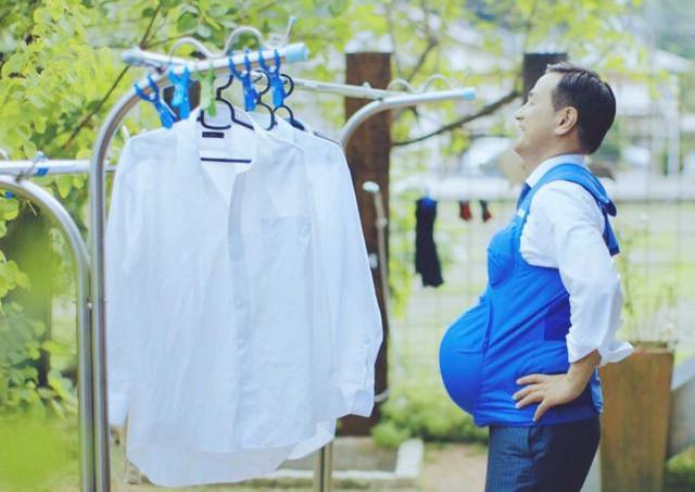 Lãnh đạo Tsugumasa Muraoka, tỉnh Yamaguchi, Nhật Bản trải nghiệm chiếc áo khoác mang thai.
