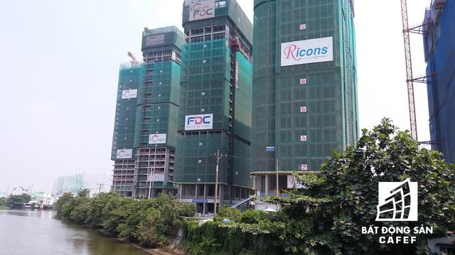 Tuyến những con phố Nguyễn Hữu Cảnh đang được mệnh danh là khu vực của người giàu, bởi vì nơi đấy đang có gần 10 dự án chung cư hạng sang: Vinhomes Central Park, Sai Gon Pearl...