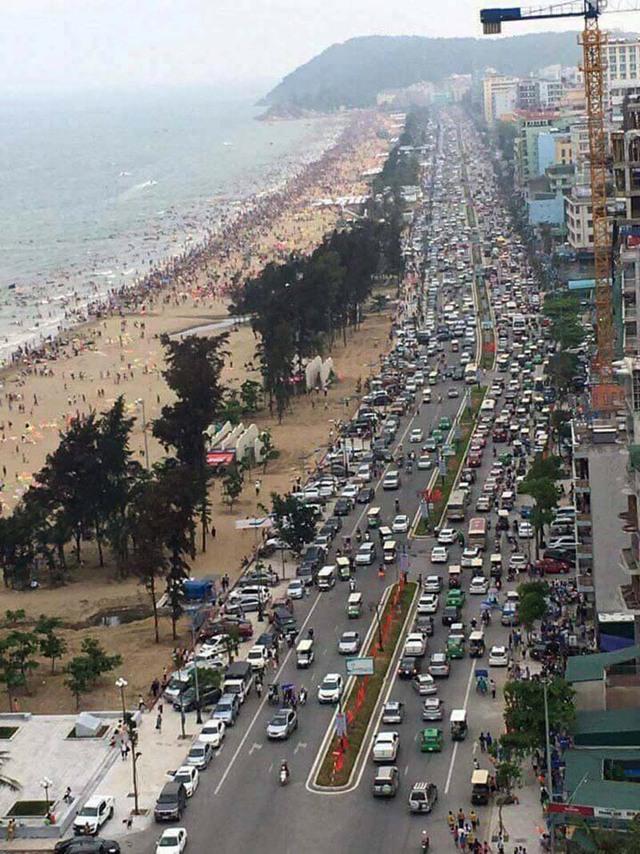 Trục đường chính dẫn ra bãi biển Sầm Sơn vào chiều qua. Ảnh: Dương Thế Hùng