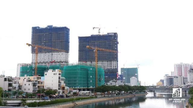 Cung đường Bến Vân Đồn đang ngày càng có nhiều chung cư cao cấp mọc lên.
