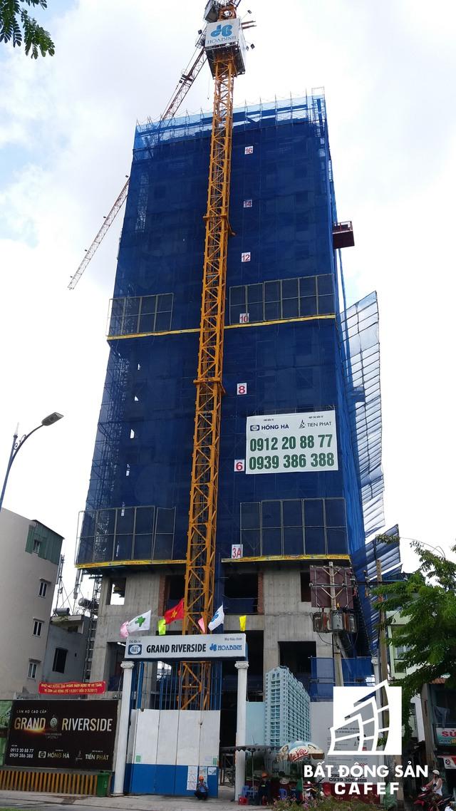 Dự án Grand Riverside hiện đang xây dựng đến tầng thứ 18. Tiến độ này chậm hơn so với kế hoạch. Theo Chủ đầu tư, nguyên nhân chậm là do một số thủ tục về ký kết hợp đồng thầu xây dựng.
