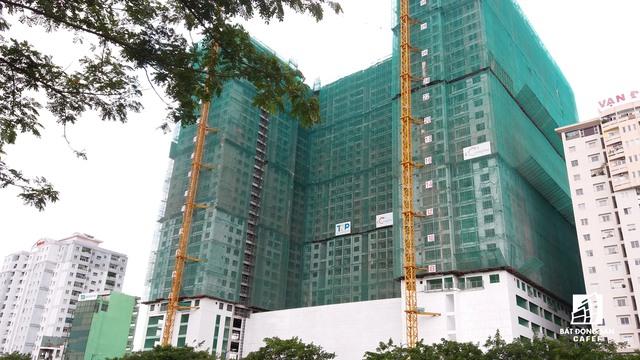 TNR Holdings cũng đã thực hiện cất nóc tháp B cao 27 tầng và đang trong giai đoạn hoàn thiện căn hộ dự án The Gold View. Theo đại diện chủ đầu tư, so với hợp đồng mua bán, tiến độ bàn giao nhà có thể chậm hơn 2 tháng, nhưng vẫn nằm trong giai đoạn cho phép của hợp đồng.
