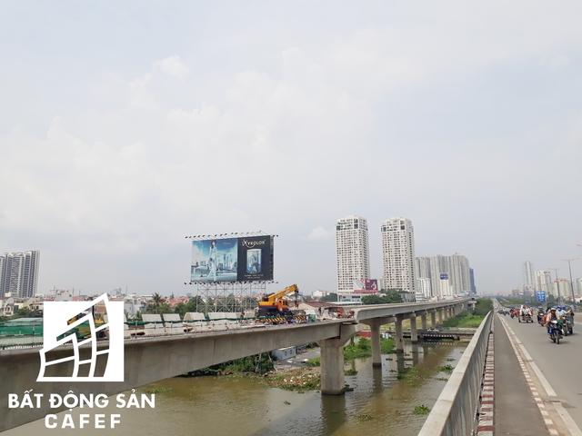 Dọc tuyến Xa lộ Hà nội, ngay sau khi qua khỏi cầu Sài Gòn hướng vào quận 2, đập vào mặt người đi những con phố là hàng chục chung cư cao tầng che mất tầm nhìn.
