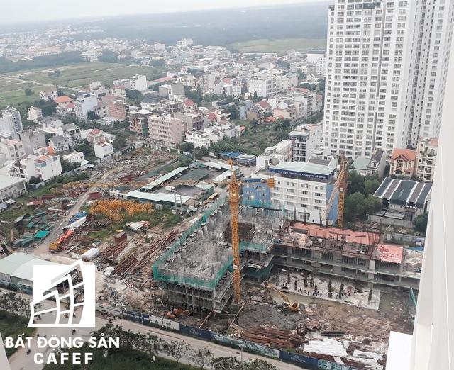 Hàng loạt chung cư đã và đang thi công và dự tính sẽ gia nhập phân khúc vào cuối năm 2018, góp phần đè nặng lên hạ tầng giao thông khu vực này.