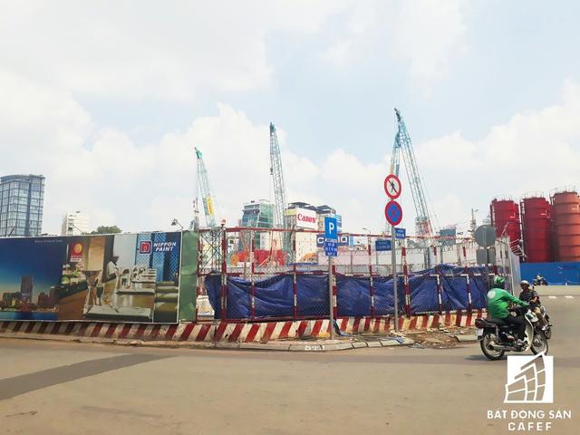 Nằm đối diện chợ Bến Thành là khu tứ giác vàng do Bitexco đang có và xây dựng dự án Spirit Of Saigon (trước đó có tên The One).