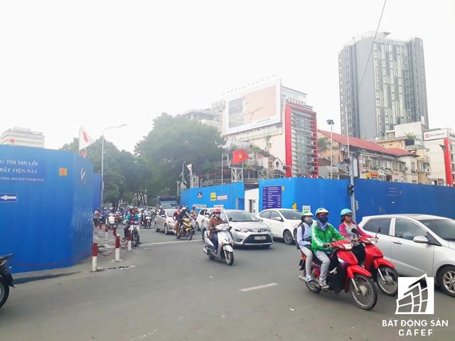Hàng ngày người dân phải vật lộn có cảnh kẹt xe bởi nhiều dự án đang được thi công ở những tuyến những con phố ngay khu vực trọng điểm