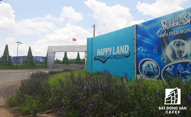 Mặt tiền siêu dự án Happyland vẫn còn nhếch nhác.