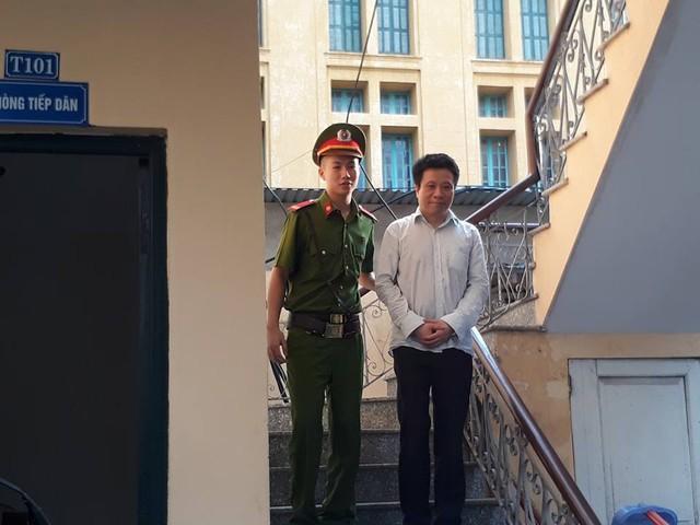 Khác với những bị cáo khác, Hà Văn Thắm đứng lại 1 lúc lâu, mặt tươi tỉnh cho các PV chụp ảnh. Bị cáo bị VKS đề nghị mức án chung thân.