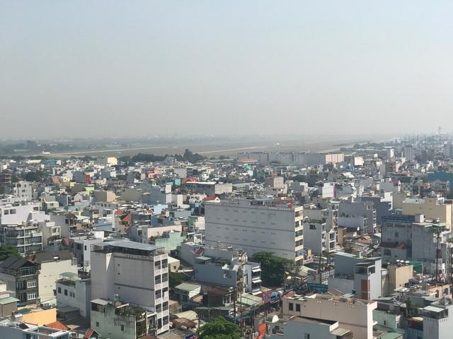Bao quanh hơn 40ha của khu Bình Hưng Hòa là hàng chục nghìn hộ dân, vô vàn dự án chung cư cao tầng đều có view hướng về nghĩa trang.