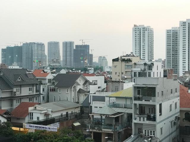 Ngoài dự án nhà ở cao tầng, nhiều chủ đầu tư cũng tung ra thị trường hàng nghìn căn nhà phố, biệt thự tại những khu đất rộng lớn quanh tuyến metro số 1.