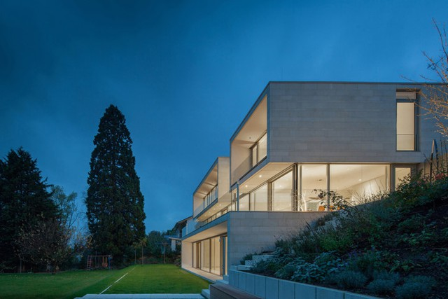 Mặt bên phải là vườn, với thiết kế mở cho phép các khu vực trong nhà và ngoài trời được thống nhất hài hòa với nhau.