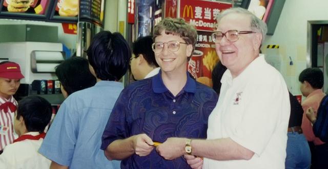 Tỷ phú Warren Buffett đã mời Bill Gates một bữa ăn trưa bằng phiếu giảm giá.
