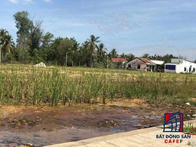 Khu vực dự án chủ yếu là đất nông nghiệp, dân cư sinh sống thưa thớt. Nhiều người dân đang sinh sống tại đây cho biết chính quyền địa phương đang tiến hành đo đạc, lập hồ sơ đền bù để chuẩn bị cho kế hoạch sớm di dời giải toả, bàn giao đất sạch cho nhà đầu tư triển khai dự án. Trong đó, môt số khu vực nhỏ thuộc dự án đã có nhiều người dân nhận tiền đền bù và cho biết sẽ sớm di dời đến chỗ ở mới để giao đất cho địa phương.