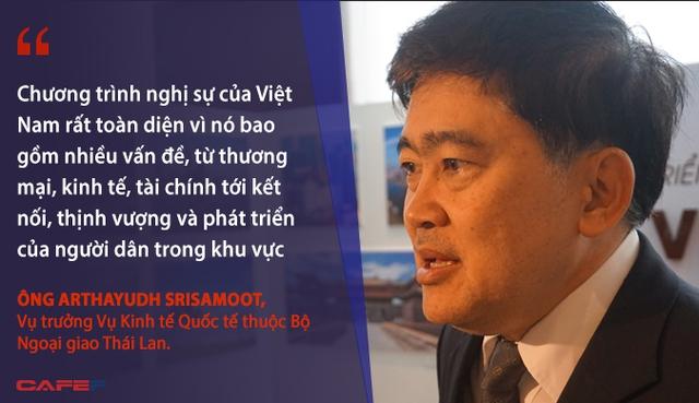 Chương trình nghị sự của Việt Nam rất toàn diện vì nó bao gồm nhiều vấn đề, từ thương mại, kinh tế, tài chính tới kết nối, thịnh vượng và phát triển của người dân trong khu vực. Phúc lợi có người dân chính là phát triển nguồn nhân lực, thi công năng lực và kỹ năng phát triển - Ông Arthayudh Srisamoot, Vụ trưởng Vụ Kinh tế Quốc tế thuộc Bộ Ngoại giao Thái Lan, nói trong cuộc phỏng vấn bên lề Diễn đàn Phát triển Bao trùm về Kinh tế, Tài chính và Xã hội trong APEC do Việt Nam thúc đẩy.