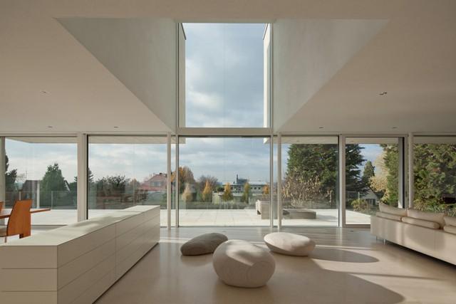 Không gian tầng thượng được thiết kế với nội thất hiện đại, khai thác tối đa ánh sáng, tầm nhìn rộng lớn tạo cảm giác căn phòng rộng thênh thang.