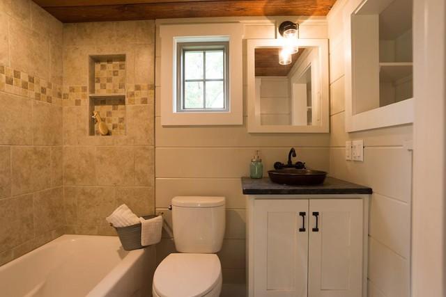 Không gian tắm tuy nhỏ nhưng rất hiện đại và tiện nghi. Hệ thống tủ kệ cũng được tận dụng tối đa để giúp góc nhỏ này lúc nào cũng gọn gàng, sạch sẽ.
