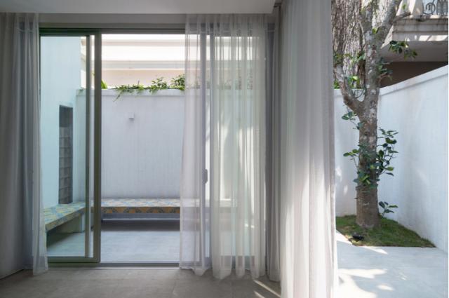 Rất nhiều mảng xanh được đưa vào không gian sống khiến ngôi nhà vừa đẹp, vừa mát.