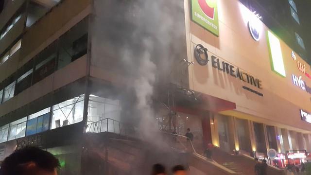 Khói bốc lên dữ dội thì cư dân mới biết cháy để hô hoán nhau chạy xuống (Ảnh cư dân cung cấp).